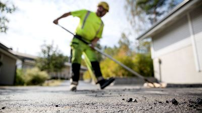 A worker flattening the pavement with the help of a special tool. Photo/illustration: Erik Mårtensson